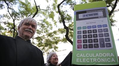 Investigadores e catedráticos oferecem calculadora ao ministro da Educação